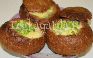 Яичница с помидорами и сыром в булочке на завтрак в духовке
