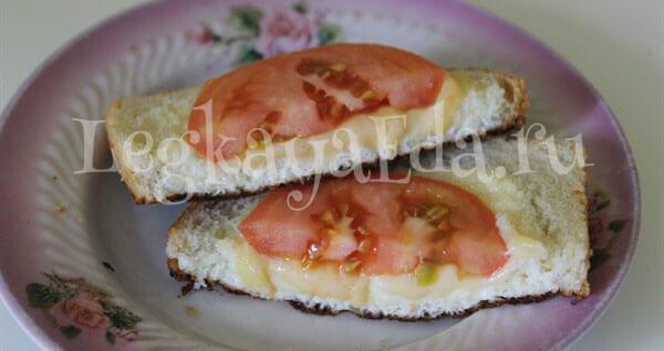 омлет с сыром и помидорами на сковороде