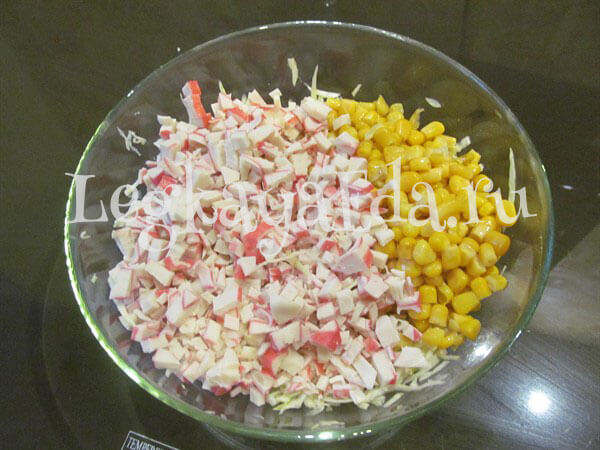 Как приготовить салат из крабовых палочек с кукурузой консервированной: простой рецепт