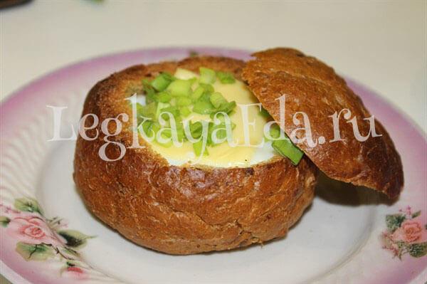 яичница в булочке на завтрак в духовке