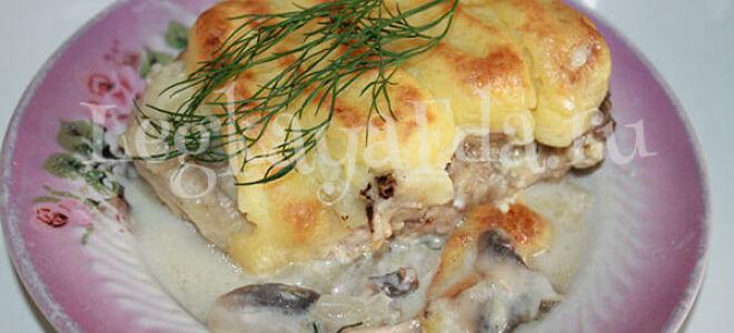 Свинина под шубой из картофельного пюре с грибами в духовке