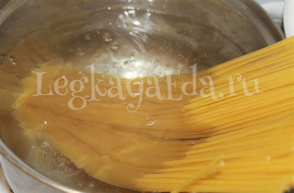спагетти в сливочном соусе с курицей