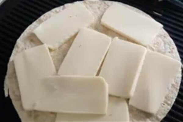Бутерброды из лаваша. Рецепты с начинками на праздничный стол простые, вкусные на сковороде, в духовке с колбасой, сыром, красной рыбой, крабовыми палочками. Фото