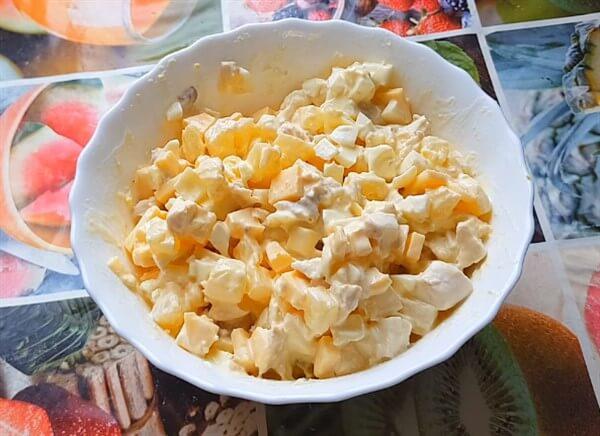 Диетический салат с ананасами и куриной грудкой