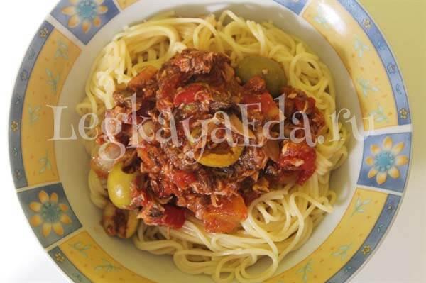 паста с консервированным тунцом и оливками