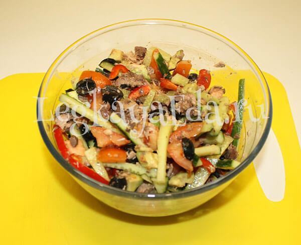 очень вкусный салат с авокадо и тунцом