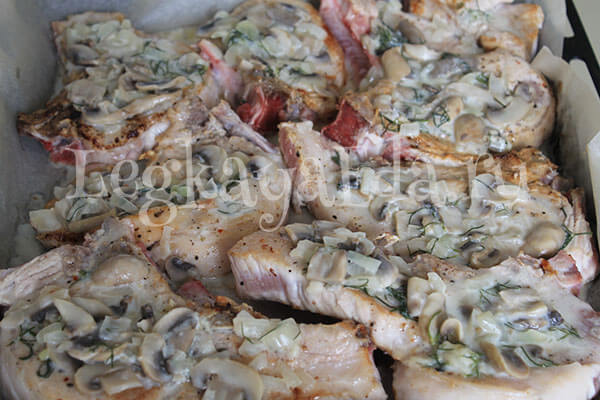 свинина, запеченная в духовке с картошкой и грибами